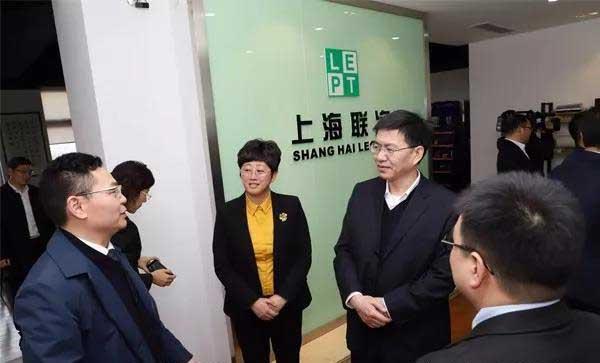 市委書記陳龍聽取電磁加熱輥彙報